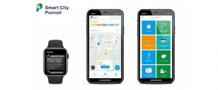 Na grafice smartwatch oraz 2 smartfony. Na ekranach urządzeń wyświetla się aplikacja Smart City Poznań - m.in. zakładki tematyczne i powiadomienia. W lewym górnym rogu logotyp aplikacji.