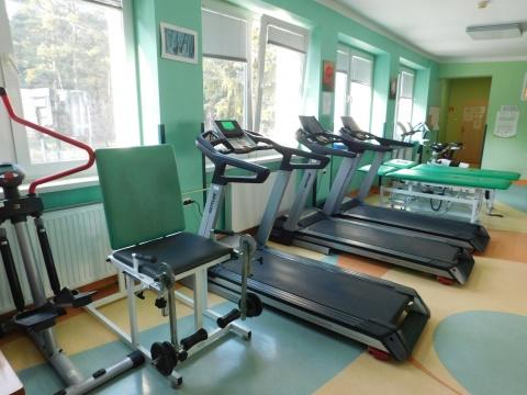 Na zdjęciu sprzęt i przyrządy służące stojące w sali do rehabilitacji dziennej.