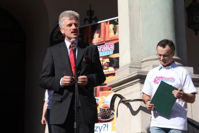 """Na zdjęciu prezydent Ryszard Grobelny przemawia przy Ratuszu podczas inauguracji """"Senioraliów""""."""