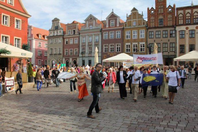 Na zdjęciu seniorzy podczas kolorowego pochodu wyruszającego ze Starego Rynku.