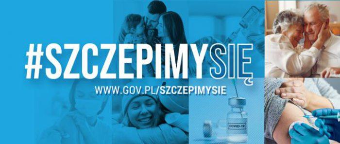 """Grafika promująca kampanię: w centrum hasło """"Szczepimy się"""", w tle w kwadratowych polach zdjęcia: przytulające się osoby, kobieta w maseczce, szczepienie, szczepionka, na zdjęcia nałożony niebieski filtr."""