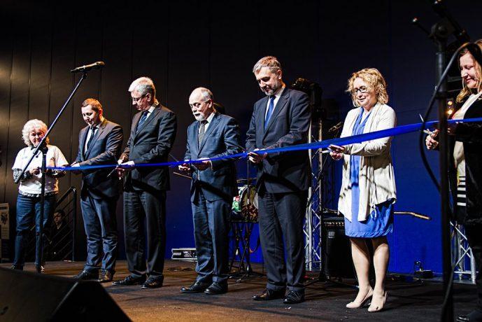 Na zdjęciu przedstawiciele Samorządu Województwa Wielkopolskiego i Miasta Poznania przecinają niebieską wstęgę na otwarcie targów.
