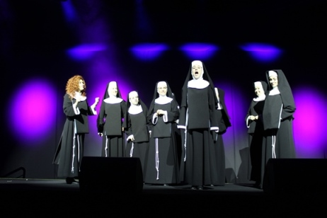 """Na zdjęciu artystki Teatru Muzycznego prezentują fragmenty musicalu """"Zakonnica w przebraniu"""" - aktorki w przebraniu zakonnic."""