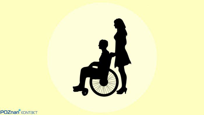 Grafika na żółtym tle przedstawiająca dwie czarne postaci - mężczyznę na wózku inwalidzkim i kobietę stojącą za nim
