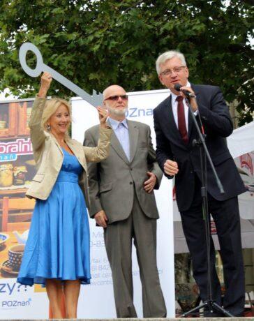 Na zdjęciu przedstawiciele Miejskiej Rady Seniorów w Poznaniu odebrali klucze do bram miasta. Prezydent Jacek Jaśkowiak przemawia.