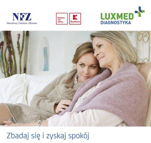 """Na grafice zdjęcie dwóch kobiet siedzących na kanapie i przytulających się - jedna jest starsza, druga - młodsza. Powyżej zdjęcia logotypy: NFZ, LUX MED Diagnostyka oraz Kaufland. Poniżej zdjęcia napis: """"Zbadaj się i zyskaj spokój""""."""