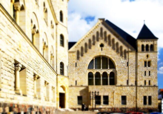 """Na zdjęciu fragment budynku CK """"Zamek"""". Fotografia wykonana w pogodny dzień."""