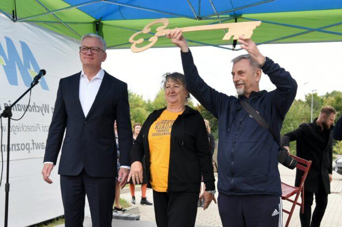 Na zdjęciu przedstawiciele środowiska seniorów unoszą klucz do bram miasta do góry, obok stoi prezydent Jacek Jaśkowiak.