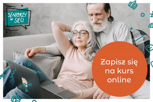 """Grafika promująca kurs """"Seniorzy w sieci"""" - zdjęcie pary seniorów siedzącej na kanapie i korzystającej z laptopa. W prawym, dolnym rogu pomarańczowe, okrągłe pole, a na nim napis """"Zapisz się na kurs online"""". W lewym, dolnym rogu logotyp projektu """"Seniorzy w sieci""""."""