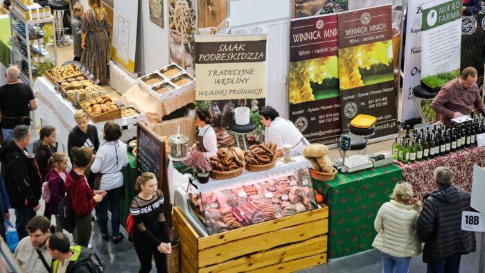 Zdjęcie wykonane podczas poprzedniej edycji Tragów Smaki Regionów - widać na nim uczestników targów, stoisko z wędlinami, pieczywem i winem.