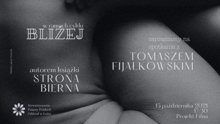"""Plakat wydarzenia w ramach cyklu """"Bliżej"""": czarno- białe zdjęcie fragmentu ludzkiego ciała, na nim białe napisy informujące o wydarzeniu."""