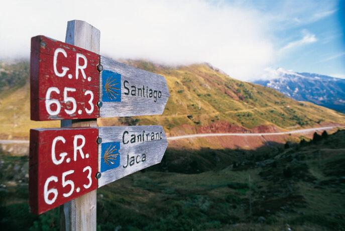 Zdjęcie drogowskazów wykonana na tle gór w hiszpańskiej Galicji.